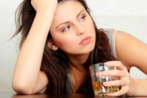 зависимая от алкоголя женщина